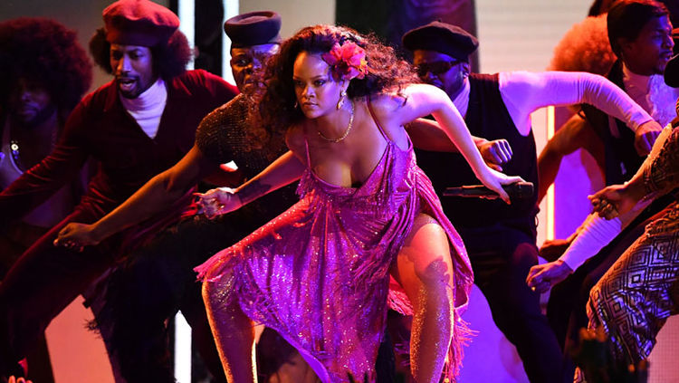 Rihanna Does GwaraGwara Dance